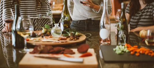 Kleine italienische Gerichte auf einem Tisch mit Gästen im Hintergrund.